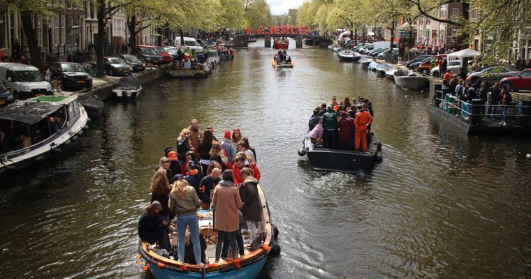 Kuninkaanpäivä Amsterdamissa: Kananmunien heittely ja muita King's Dayn kohokohtia