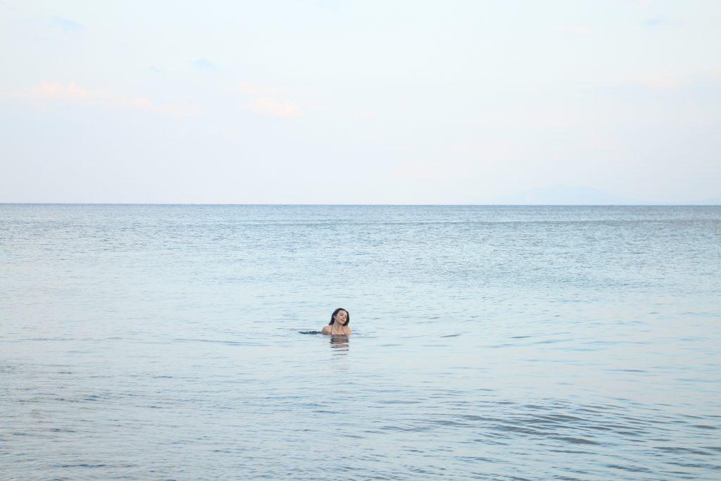 Kosilla meri on lokakuussakin niin lämmin, että uiminen onnistuu
