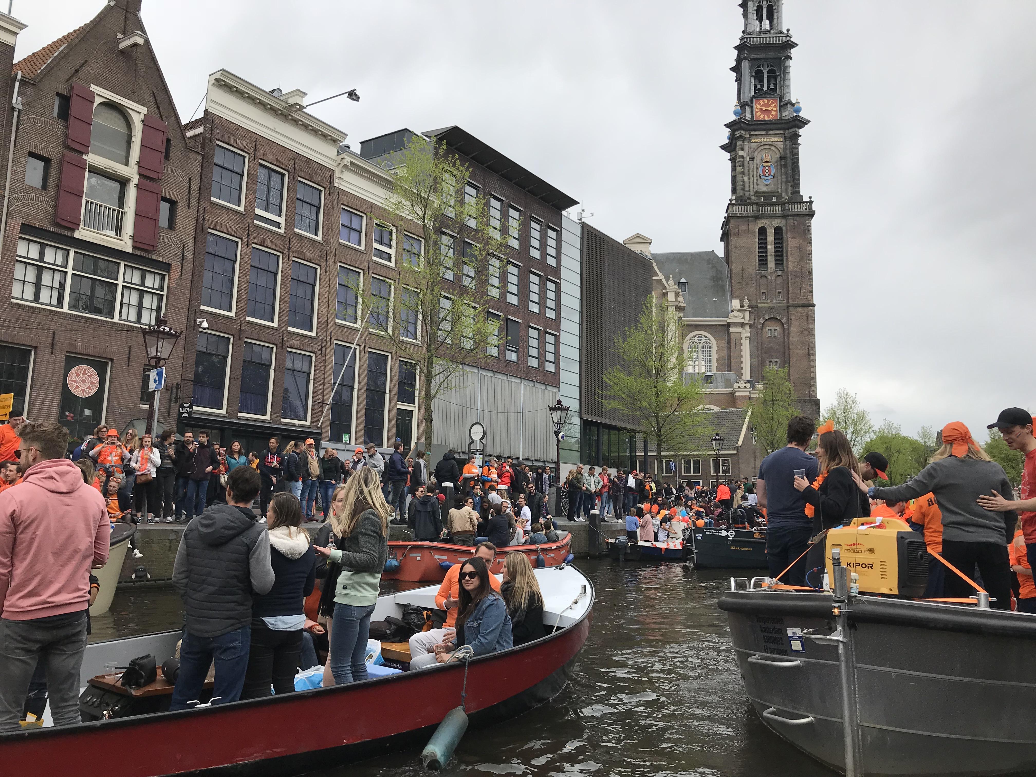 Hyppää veneeseen: Kuninkaanpäivä Amsterdamin kanaaleilla